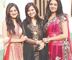 Shafaq Naaz (Actress) with mother and sister
