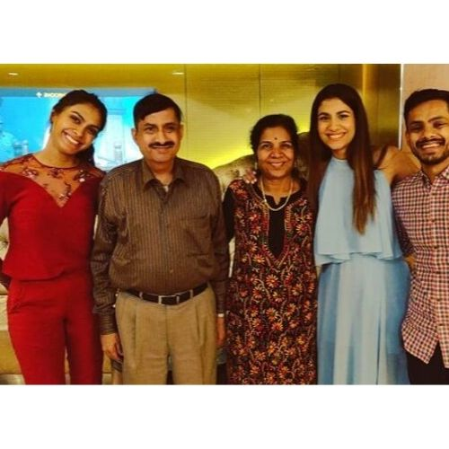 Shreya-Dhanwanthary-Family-Picture