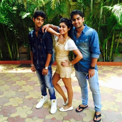 Yukti Kapoor with brothers