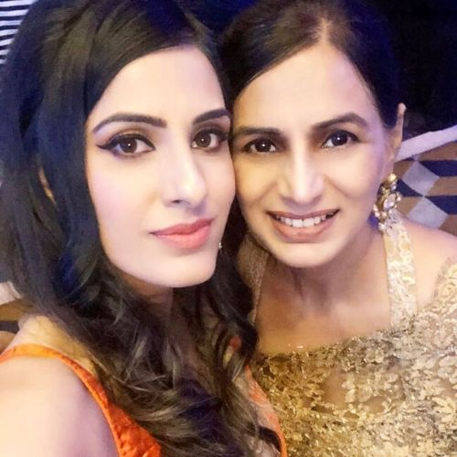 Smriti Khanna Mother and Sister