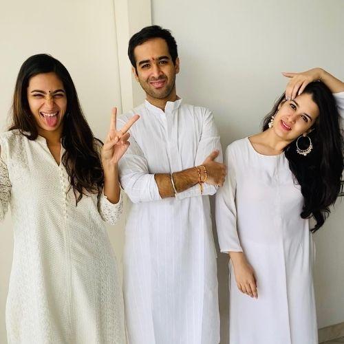 Arushi Chawla with siblings