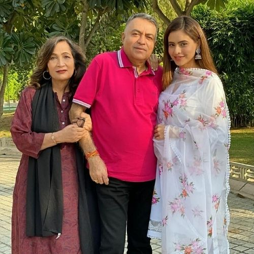 Aamna Sharif with parents