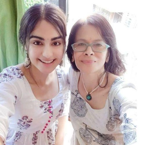Adah Sharma with mother